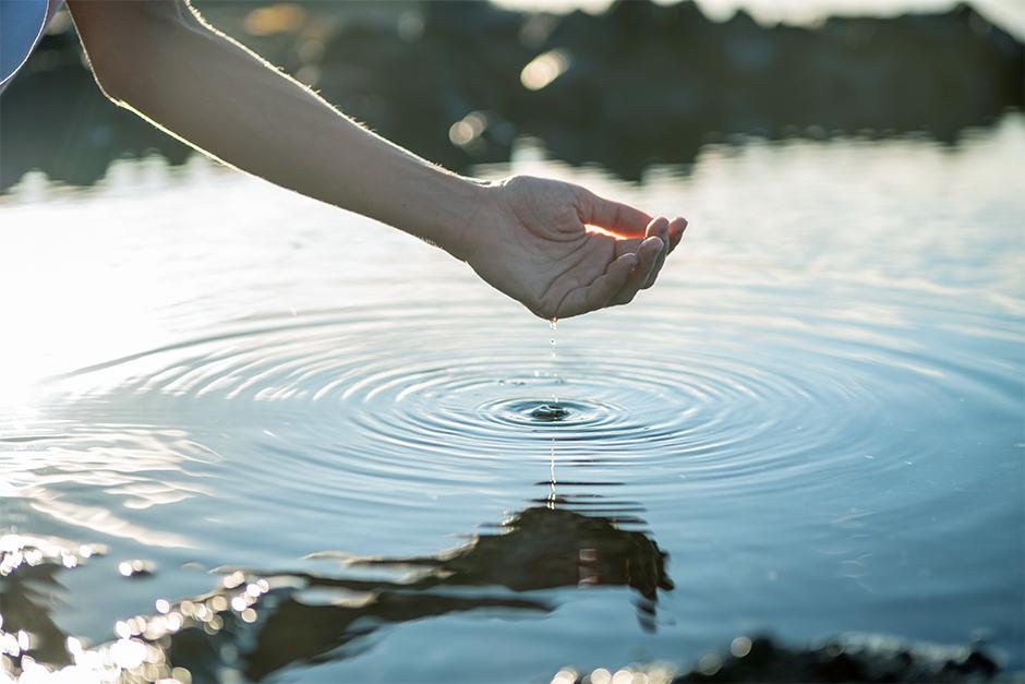 Hand berührt Wasser